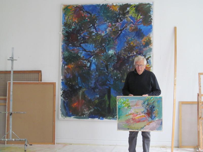 Hans Hermansson framför sin stora målning Trädet
