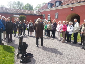 Kerstin Holmer välkomnar resegruppen på Gripsholms slott