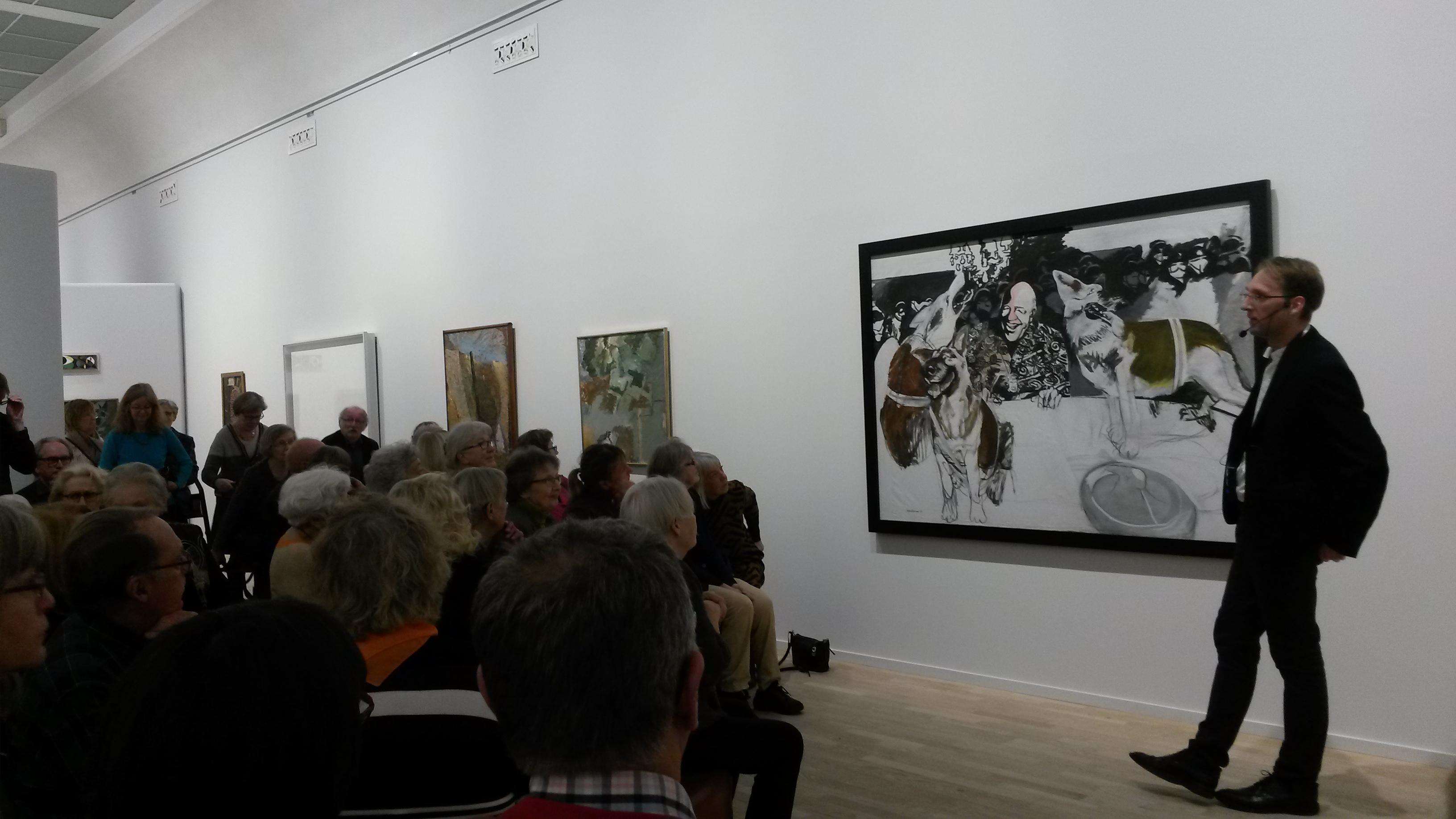 Martin Sundberg med Vännerna intill konstverket Lag och ordning av Stefan Teleman, införskaffat 2012.